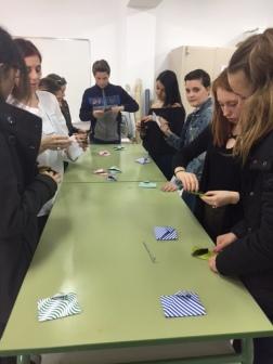 Taller de origami en el que han participado junto a alumnos y profesoras de Comercio.